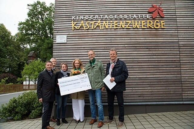 """Scheck und Plakette wurden an die Kita """"Kastanienzwerge"""" übergeben - mit dabei Torsten Wenzel (Deutsche Bank), Michael Eckardt, Simone Göll (Architektin), Katrin Zander (Leiterin Kita), Holger Reuter und Andreas Böhnstedt (beide Stadt Freiberg)."""